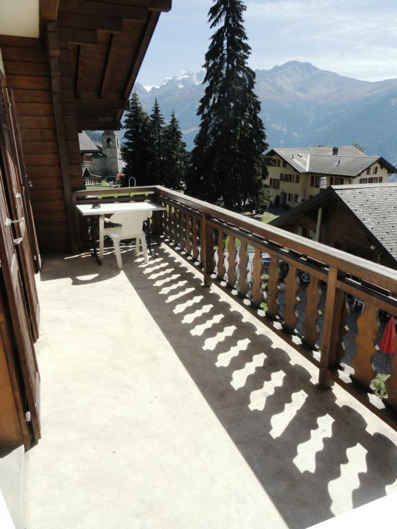 Balcon traversant orienté Sud depuis/Running through south-facing balcony from Petit-Combin